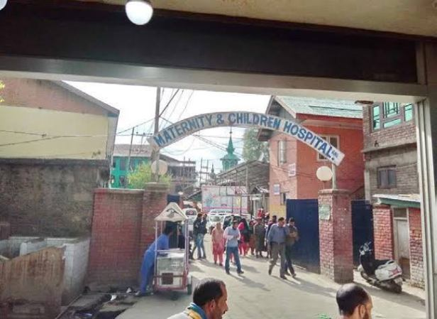 MCH Anantnag: 'Doctor's negligence' causes death of another woman, women protesters lock hospital