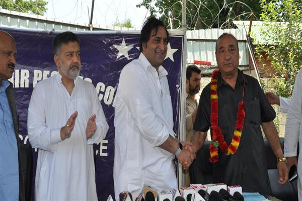 Congress leader Muzzafar Parray joins Peoples Conference