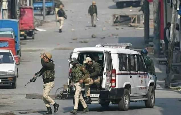 Militant attack CRPF party in Nowgam area of Srinagar, no loss of life or injury
