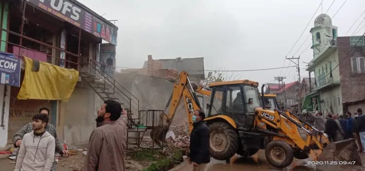 Massive demolition drive carried out in South Kashmir amid rains and chill