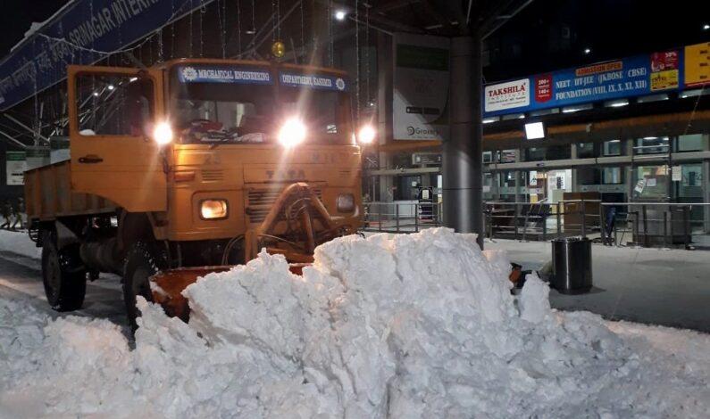 Snowfall aftermath: Kashmir cut-off as vehicular, air traffic remain suspended