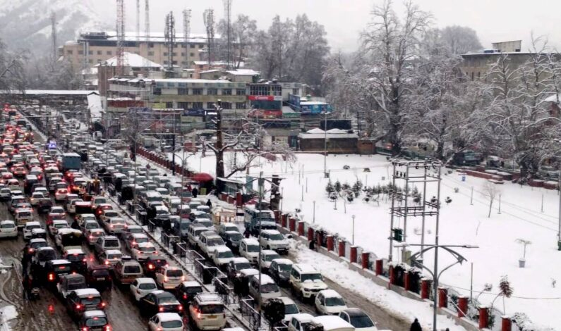 Massive traffic jams in Srinagar, elsewhere as Kashmir receives fresh spell of snowfall