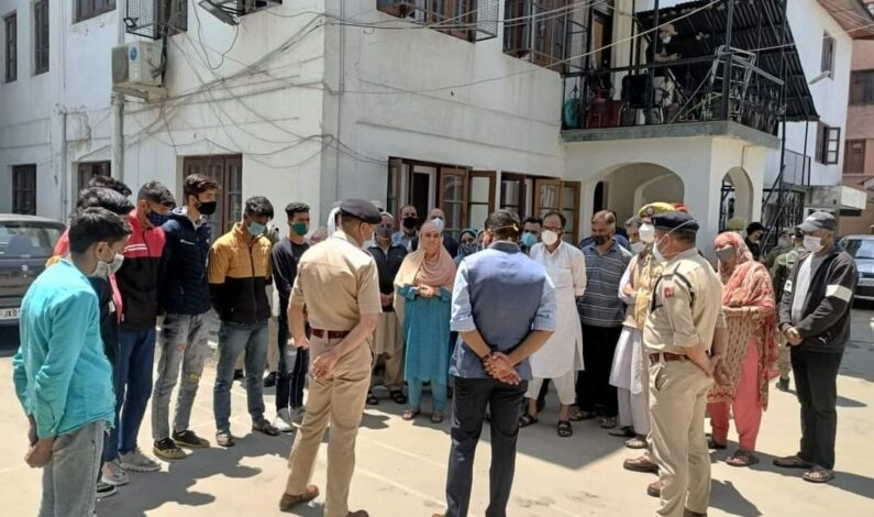 Police hands over 17 boys after counselling through Community Bond to their families in Srinagar
